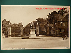 Postcard of the Marquess of Salisbury statue in front of the gates of Hatfield House